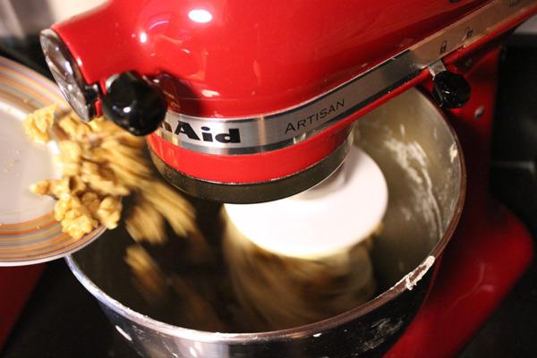 Pan de nueces con mantequilla: mezcla y espolvorear