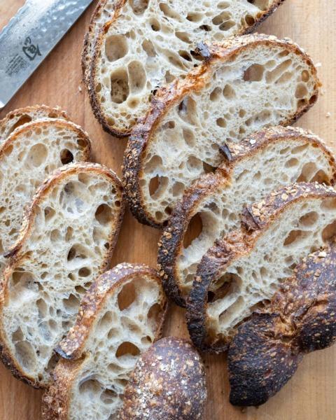Cortar pan de masa madre listo para almacenar