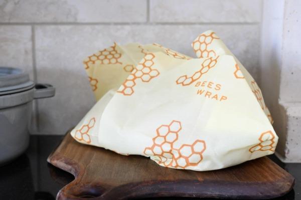 Abrigo de abeja sosteniendo pan de masa fermentada