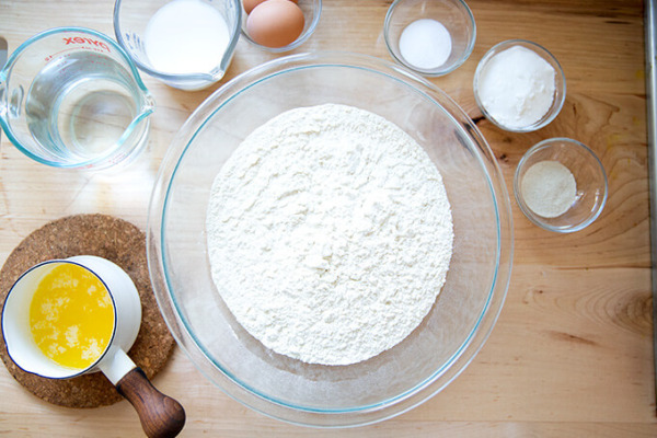 Ingredientes para hacer brioche en encimera.