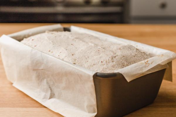 Pan de masa madre sin gluten en una sartén.