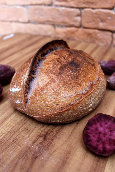 Pan morado de camote (foto vertical)