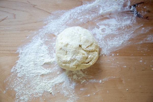 Masa de tortilla de harina de masa madre sobre una superficie de trabajo enharinada.