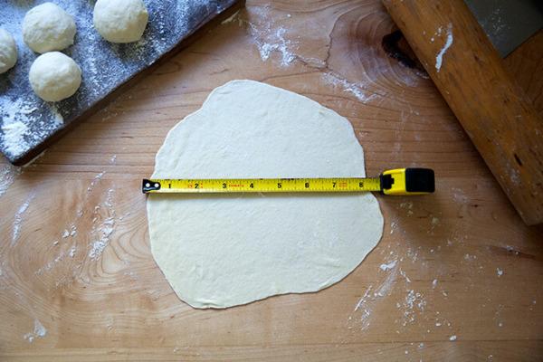 Una tortilla de harina de masa madre se extendió a 8 pulgadas de ancho.