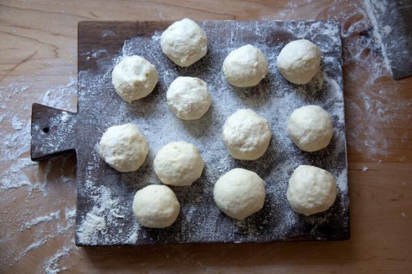Enharina las bolas de masa de tortilla sobre una superficie de trabajo enharinada.