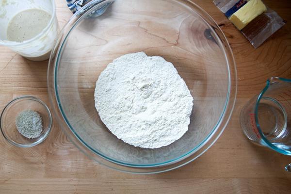 Los ingredientes para las tortillas de harina de masa madre en un mostrador.