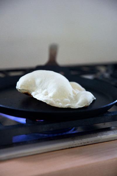 Una tortilla de harina de masa madre que se cocina en una sartén.