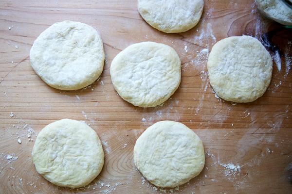 Seis porciones de masa de pan de pita, aplastadas.