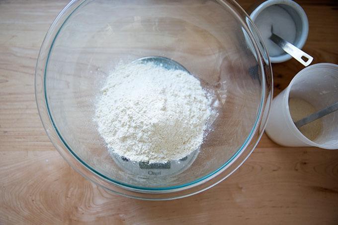 Un lazo de harina aparte de levadura y sal.