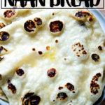 Una pila de naan casero con levadura en un plato.