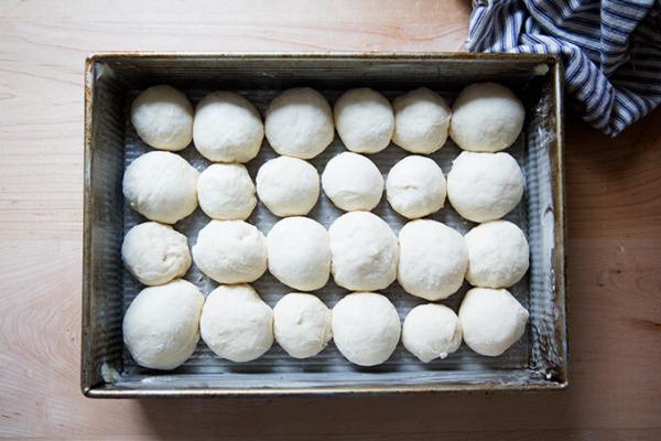 Una toma cenital de rollos separables formados pero sin hornear en una sartén de 9x13 pulgadas.