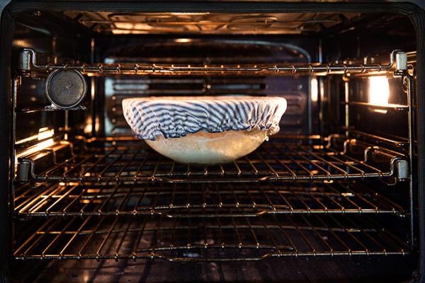 Un cuenco con masa en un horno caliente.