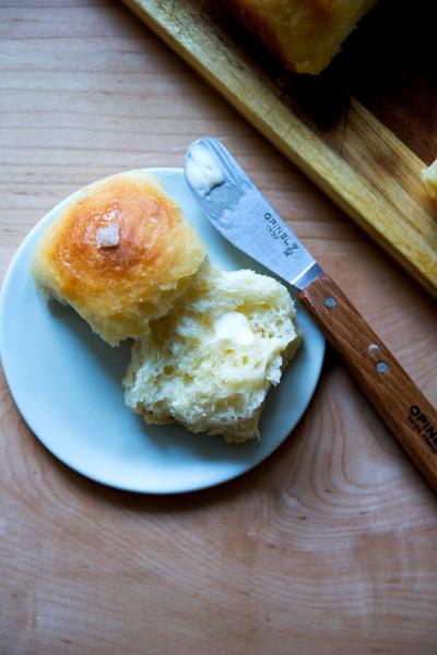 Un rollo de suero de leche para separar en un plato untado con mantequilla.