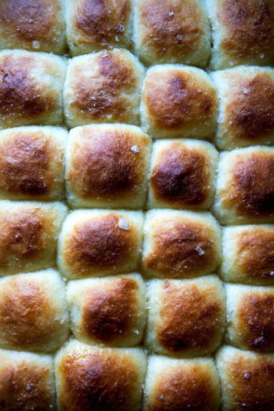 Fotografía cenital de panecillos de suero de leche recién horneados.