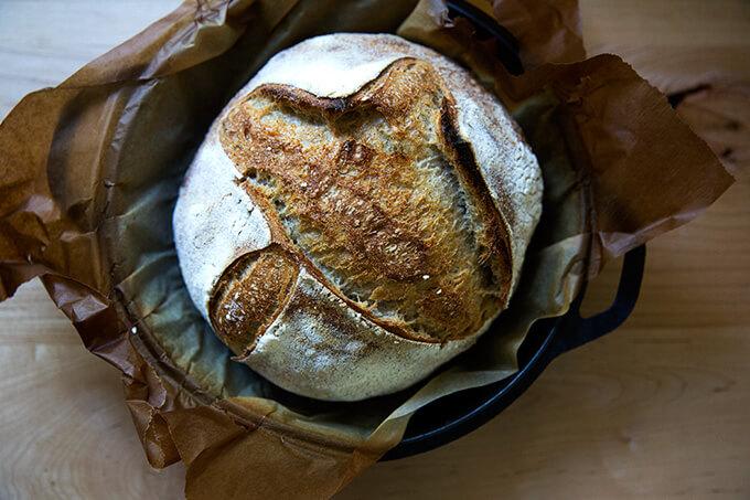 Pan de masa madre de alta hidratación recién horneado.