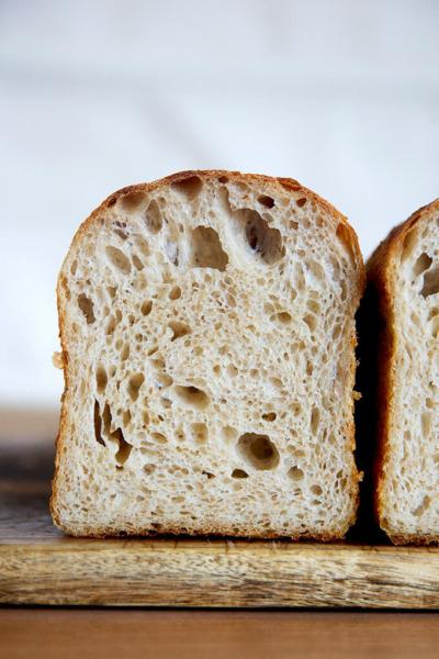 Pan tostado de masa madre en una placa.