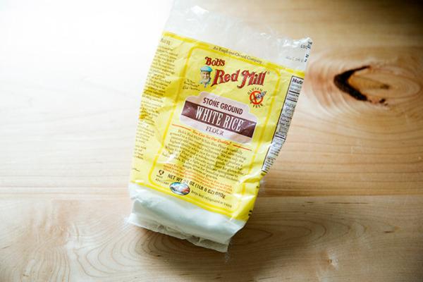 Una bolsa de Harina de Arroz Blanco Bob's Red Milll.