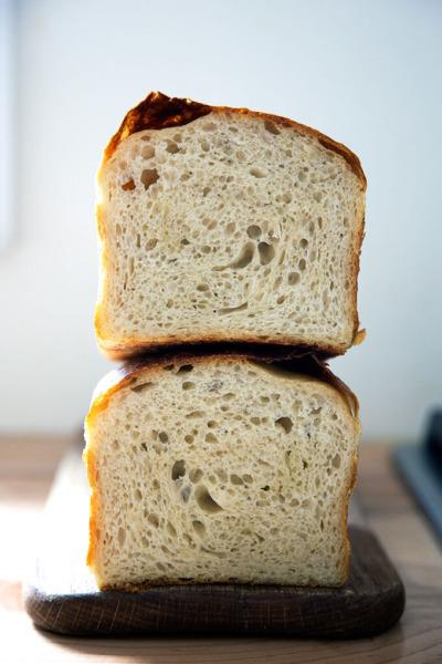 Una hogaza de pan sándwich (o tostado) de masa fermentada a la mitad.