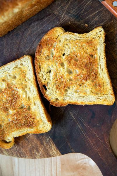 Una rebanada de pan tostado de masa madre.