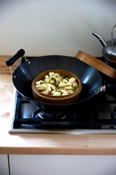 Un wok con una cesta vaporera en su interior.