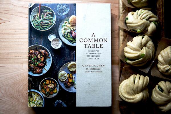 Cynthia McTernan's A Common Table junto a bollos de cebolleta sin cocer al vapor.