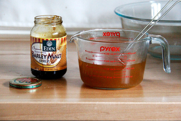 Un tarro de jarabe de malta de cebada.