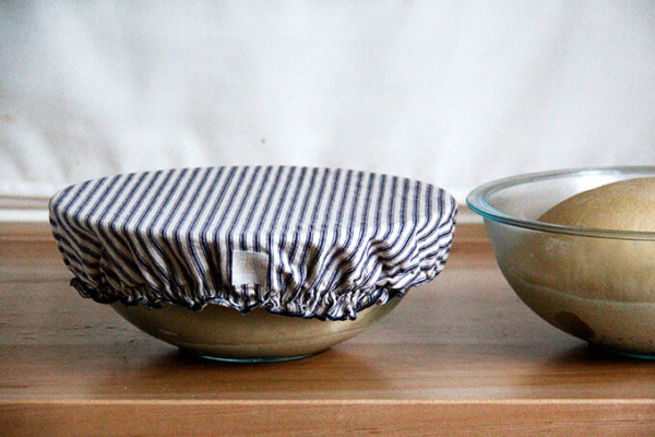 Tazones de masa de bagel cubiertos con tapas de tazones.