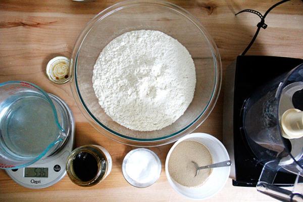 Un mostrador con ingredientes para hacer bagels.