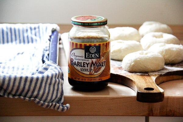 Un tarro de jarabe de malta de cebada a un lado descansando, en forma de bagels.