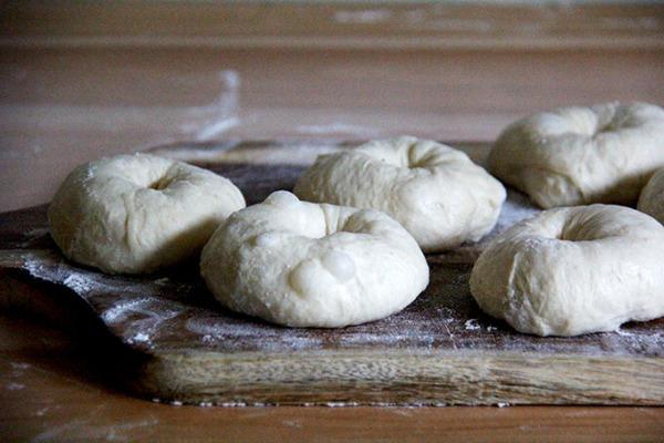 Una tabla con bagels en forma.