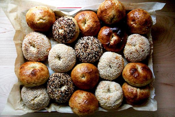Bagels recién horneados todos juntos.