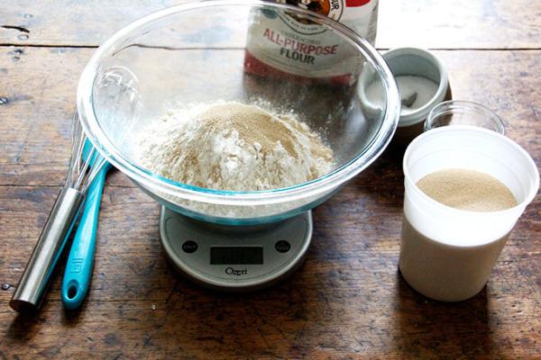 una balanza con sal, harina, azúcar y levadura