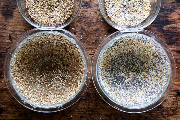 tazones de pyrex con mantequilla recubiertos de semillas