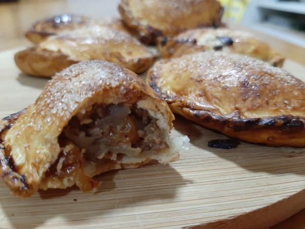 empanadas rellenas de carne picada y pasas
