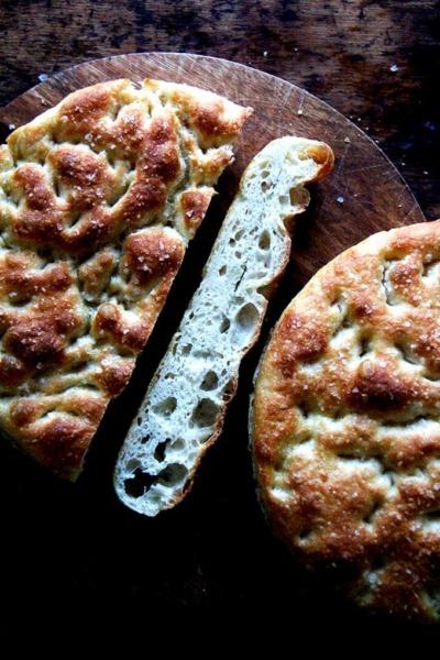 Durante la noche, pan focaccia en el refrigerador, recién horneado y en rodajas.