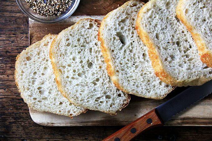 Una tabla de rebanadas de pan campesino casero.