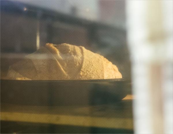Horneado de masa madre con tartina en la cocina combinada de hierro fundido Lodge