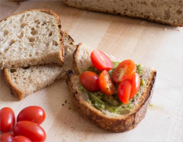 Pesto fresco, tomates y masa madre
