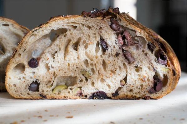Pan de masa madre con aceitunas y tartina