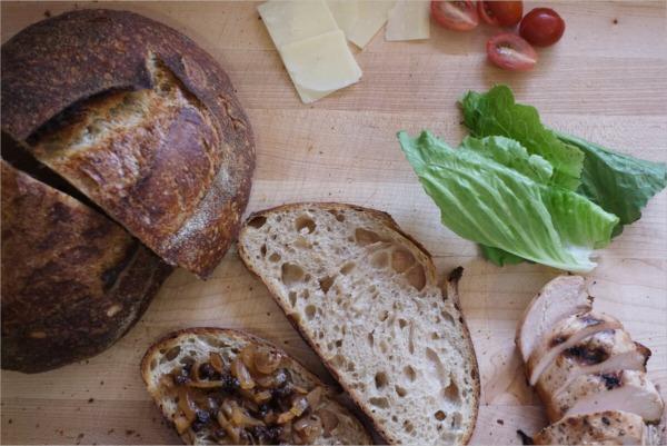 Pan terminado haciendo un sándwich