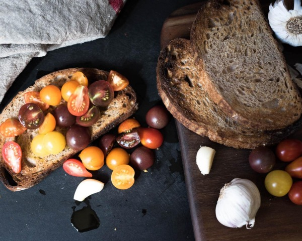 Bruschetta de masa madre de harina molida fresca