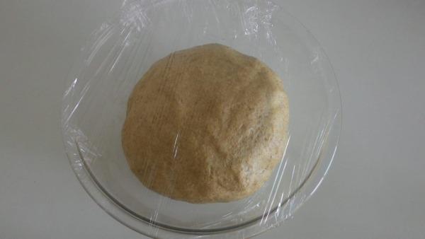 tapar la masa de pan integral y dejar reposar