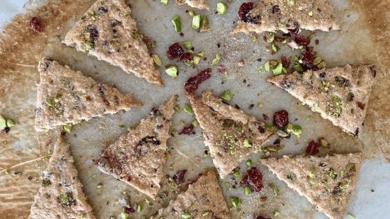 Galletas Lavosh de masa madre de arandano pistacho