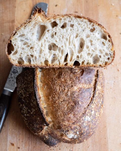 Cortar el pan de masa fermentada en la tabla de cortar