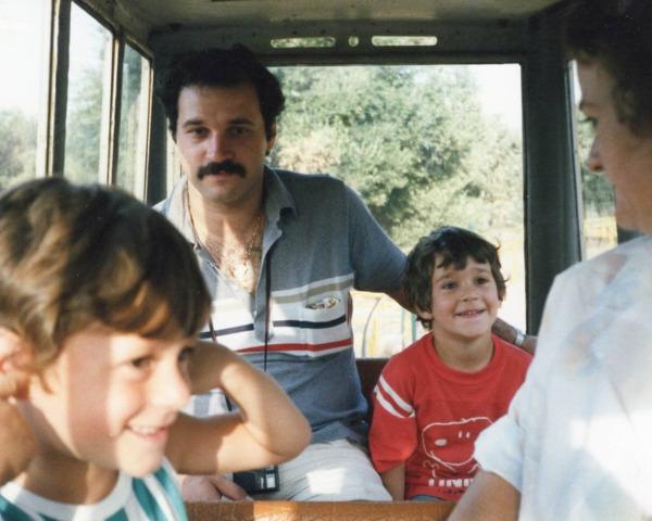 Maurizio de niño con papá, hermano y mamá