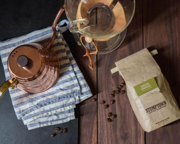 Café Stumptown matutino antes de hacer masa madre de trigo integral recién molida al 50%