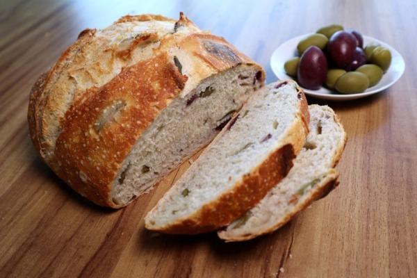 Pan de aceitunas cortado en rodajas