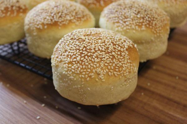Pan de hamburguesa en la rejilla de enfriamiento