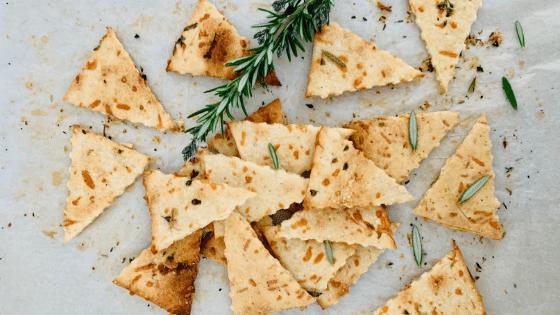 Receta de galletas saladas de masa madre con parmesano