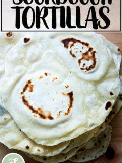 Una pila de tortillas de harina de masa madre.